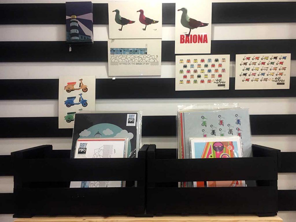 Bayprints Baiona, diseños de Tirso Sánchez Otaegui. Serigrafias, láminas, tazas, sudaderas, camisetas y más artículos personalizados y exclusivos de Bayprints. Entregas en todo el mundo.