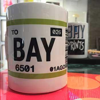 Bayprints Baiona, Taza CHECK-IN BAY diseño de Tirso Sánchez Otaegui en exclusiva para Bayprints
